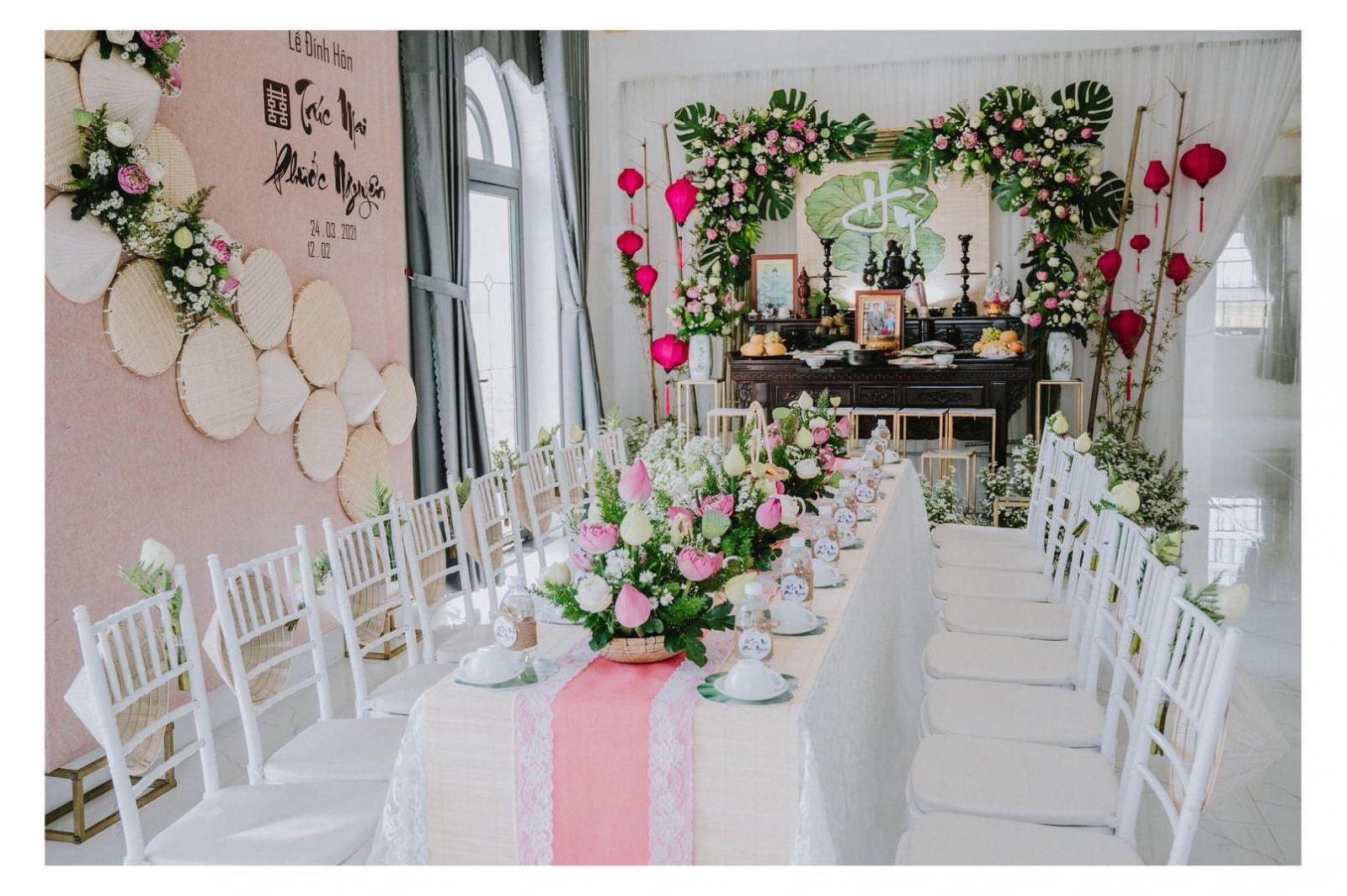 Trang trí lễ gia tiên tại nhà cho lễ đính hôn với hoa sen làm chủ đạo